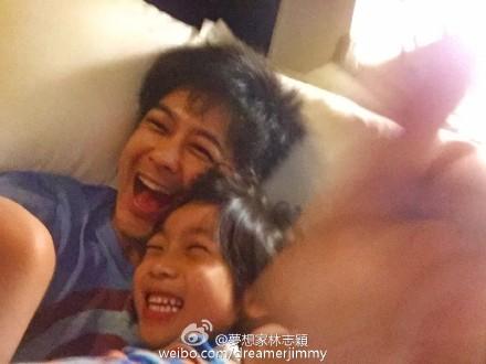 林志颖和Kimi睡前玩游戏