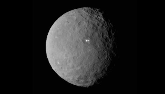 谷神星表面发现两神秘亮点:成因仍成迷(图)