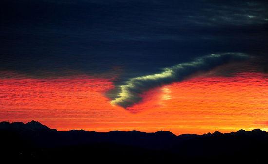 北美天空现罕见穿洞云奇观 美如梦幻(图)