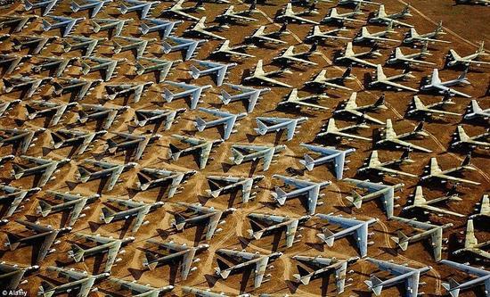 废弃的B-52轰炸机在沙漠中列队。