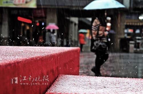 崇安寺舞台一角,冰粒噼里啪啦溅起