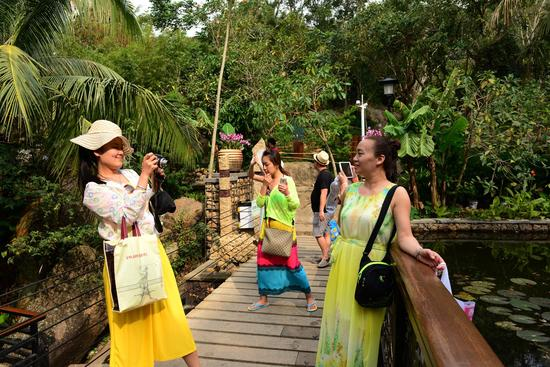 节后错峰游的客人稳中有加,三亚热带天堂持续火爆。(黄庆优摄)