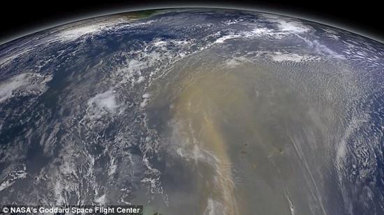 数据显示,每年在大风等气候条件的作用下,平均有1.82亿吨的沙尘被从撒哈拉沙漠西边(经度为15°W)吹起。