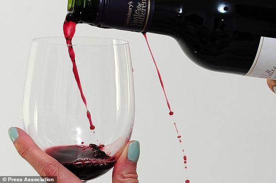 红酒到底对我们有没有好处?科学家认为喝太多红酒对身体可能有害,而且这与酒精无关。红酒中的白藜芦醇(resveratrol)的确能让你活得更长,但只有在剂量很小时才有这样的效果,如果摄入过多,起到的作用则完全相反。