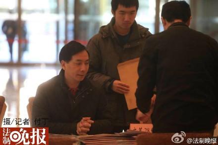 本山集团艺术总监刘双平将赵本山的委员证件取走