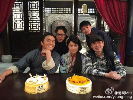 50岁的邵美琪在片场度过50岁生日。