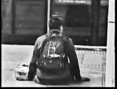 男子走进地铁站后摇身一变成了腿部残疾人。