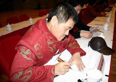 2005年赵本山在会场给记者签名。