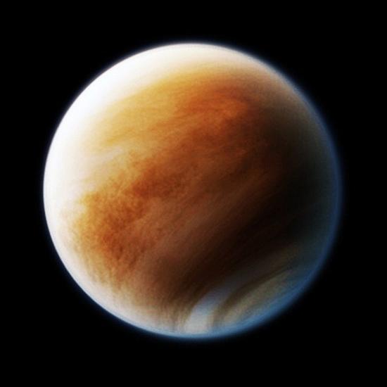 如果你观察克鲁特尼在太阳系中的运动,会发现其围绕地球轨道呈现出混乱的环形,其摇摆幅度之大,有时会进入金星(图中所示)和火星轨道附近。