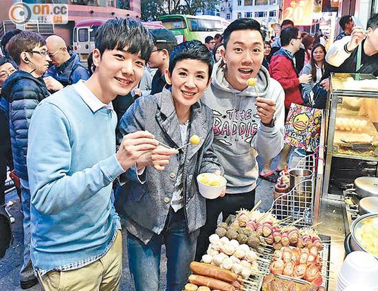 蔡瀚亿、吴君如与刘浩龙谢票之后,去小食店吃鱼蛋