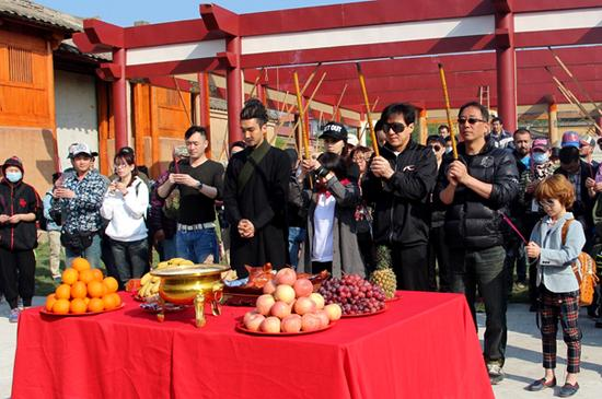 修庆(左一)出席《天将雄师》开镜仪式