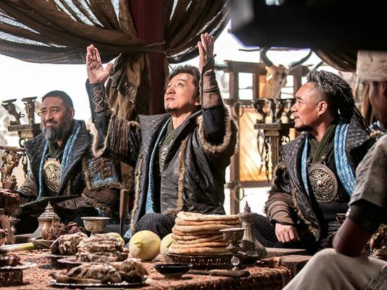 老胡(修庆 饰)随霍安(成龙)出访各部落维和