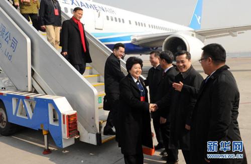 3月2日,出席十二届全国人大二次会议的福建代表团乘飞机抵达北京首都国际机场。新华社记者 张铎 摄