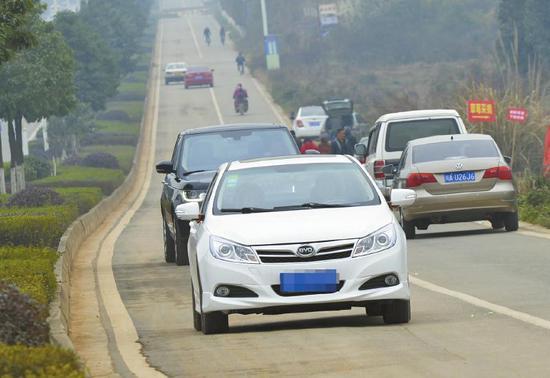 3月2日,牧华路辅道上,为了看飞机逆行的车辆。