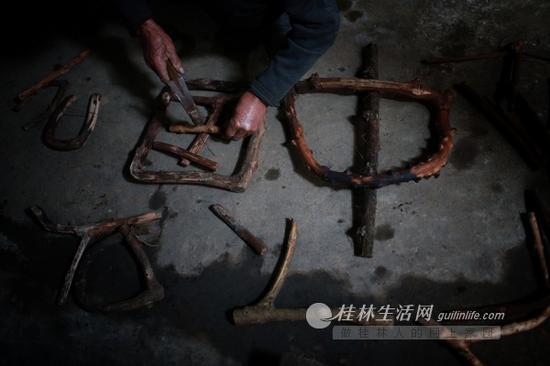 他的藤条春联,都是纯手工制作的。