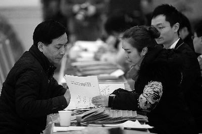 赵本山政协证件被本山集团艺术总监(左)取走 记者 付丁