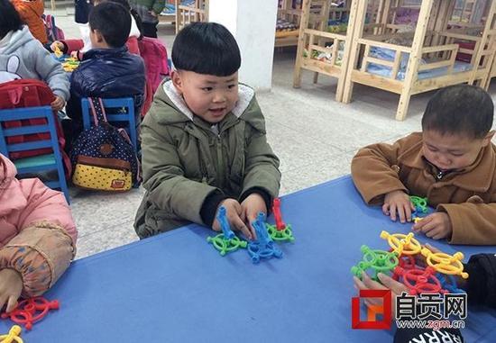 丁俊轩和小朋友们玩得很开心