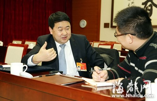 全国人大代表梁建勇(左)接受海都特派记者练仁福专访