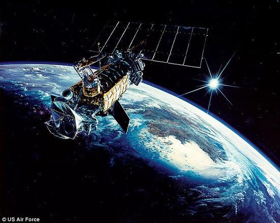 一枚美国空军的卫星在距地面500英里的高空发生爆炸。未知原因使这枚DMSP-F13卫星的温度急剧升高,最后发生爆炸。上图是DMSP系列卫星中的一枚。这次爆炸使地球轨道上又增加了43枚太空残片。