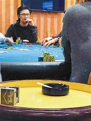 春节期间,汪峰玩牌被拍
