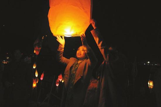 市民放飞孔明灯。