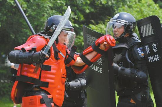 成都市公安局举行2014年度暴恐事件现场处置培训班模拟实战综合演练。(资料图片)