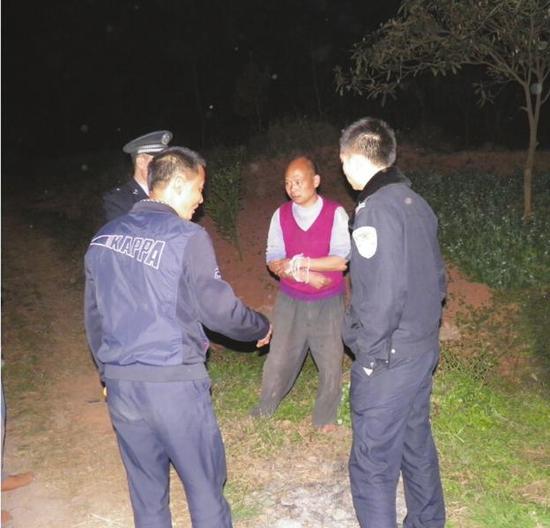 民警和群众劝解杨能树 (警方供图)