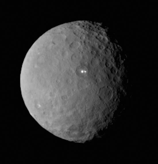 黎明号飞船在2月19日拍摄的谷神星图像,拍摄时距离约4.6万公里。可以看到谷神星的地表遍布陨石坑,还有几处神秘的亮点。