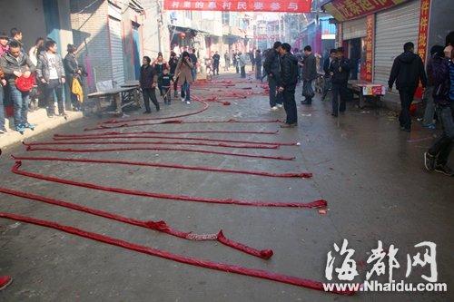 几十米长的街道上铺满鞭炮(受访者提供)