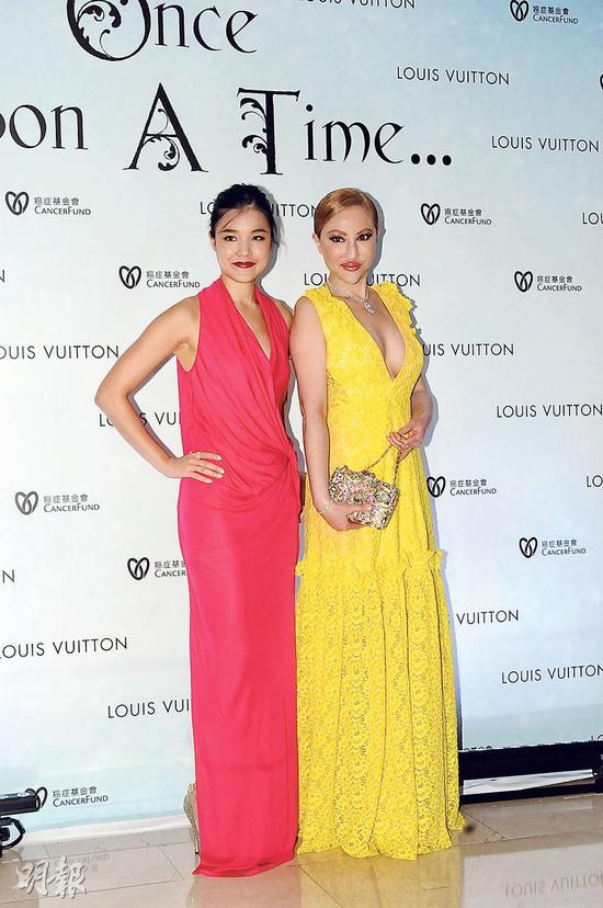薛芷伦和女儿马桂珩一起穿长裙亮相,一黄一红好抢眼。