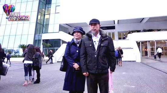 孙吕夫妇在戛纳电影宫前留影