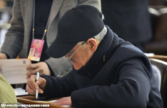 赵本山戴眼镜为其他委员签名