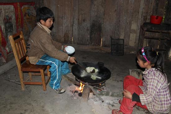 凤山县老木屋里韦氏兄弟引关注 最后的贫困如何破