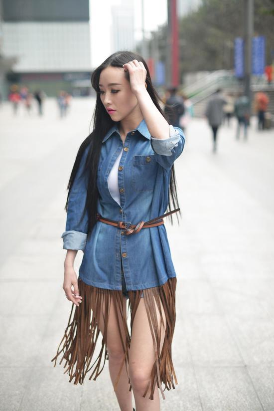 重庆美女主播狂爱小鲜肉 赞成女大三抱金砖 新
