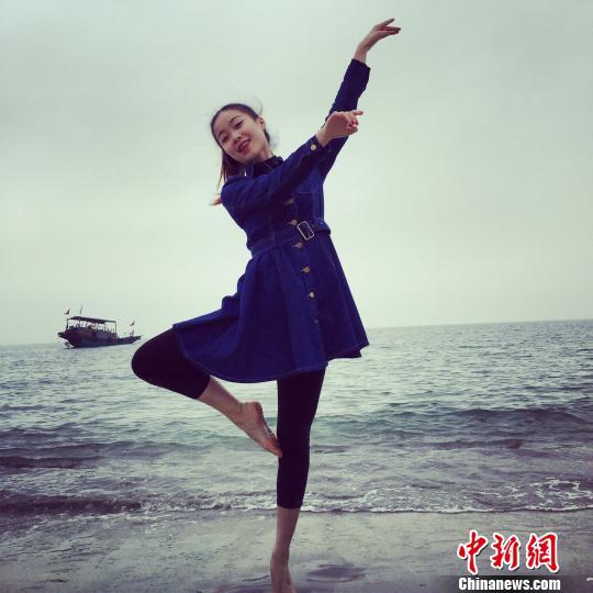 徐阳星在海边展示芭蕾舞技艺。唐一志 摄