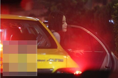 跟阿中同车的就是这名浓妆辣妹,年纪看来相当轻,于是在阿中跟他那名中年男性友人之中,显得特别微妙。