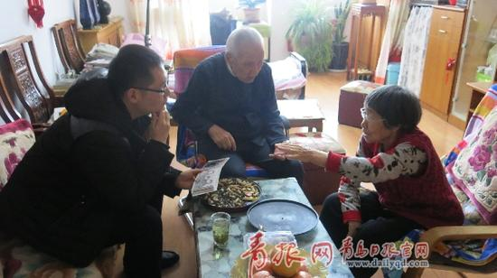 林明接受记者采访图片