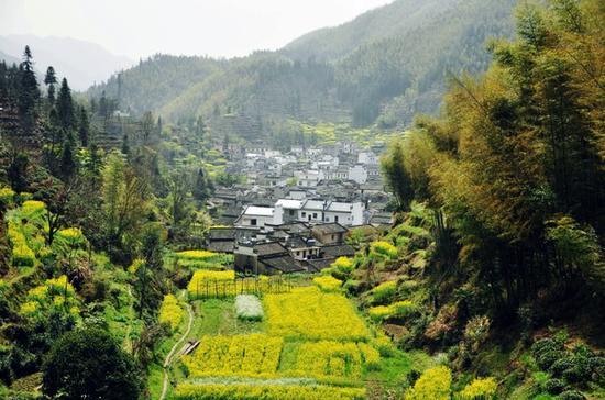 木梨硔是一个坐落在山顶上的村庄,一边是房子,一边就是山谷,山谷的另一面,就是江西