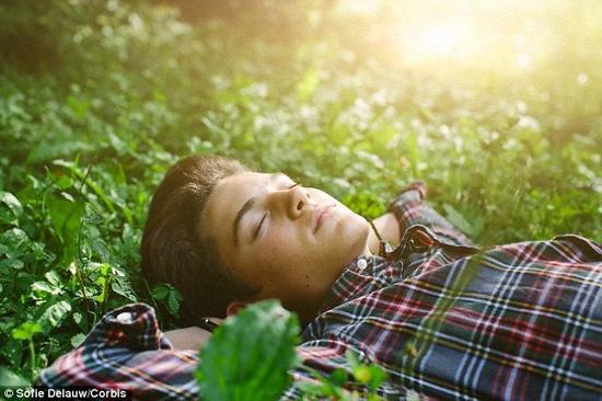 """无论是人类的大脑还是动物的大脑,都会在进入梦乡后""""重放""""一天内的活动。这种行为允许大脑巩固记忆和学习新东西。法国科学家利用这个回放过程在熟睡的老鼠大脑内形成新的记忆。在未来的某一天,这项技术也可以用于人类"""