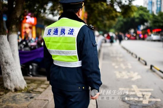 交通执法人员在三多路执勤点巡查。