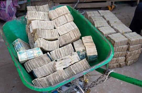 探访全球唯一钞票市场 钞票摆地摊卖如卖菜
