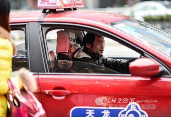 10日下午,中山中路上的一名女子准备打车时,被一辆出租车以各种理由拒载。