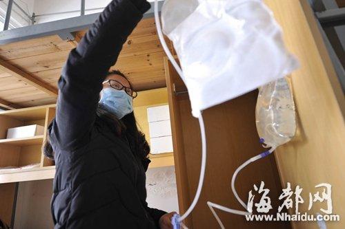 在这间简易的宿舍里,阮丽琳准备给自己做透析