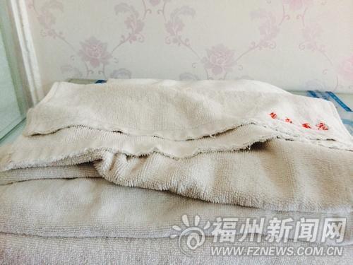 梅峰路京盛酒店房间内的毛巾陈旧发黄,边缘破损