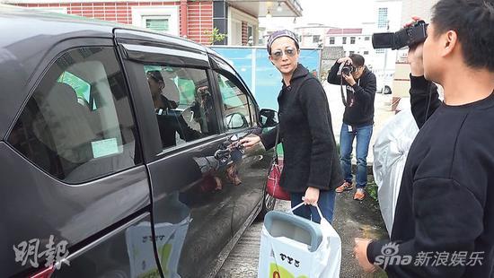 吴绮莉昨天(3月15日)外出买宠物用品后,驾车回寓所被传媒追访。