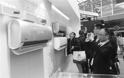 """在中国家电博览会上,美的推出采用""""冷媒环""""技术的空调新产品,在超高温环境下也能强劲制冷。经济日报记者 周雷摄"""