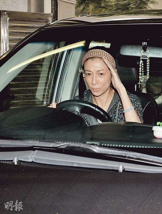 吴绮莉今天(3月16日)回电台动工,因涉虐女事情而令她非常蕉萃。
