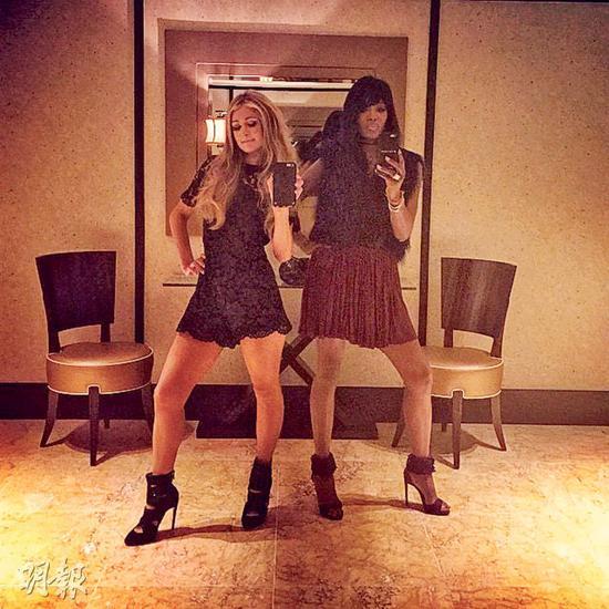 名媛Paris Hilton与名模好友娜奥美金宝在香港去夜店玩,当然要自拍留念。