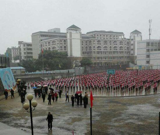 学生冒雨做操的场面。拍摄者匿名提供