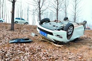 四轮朝天的轿车破损严重。